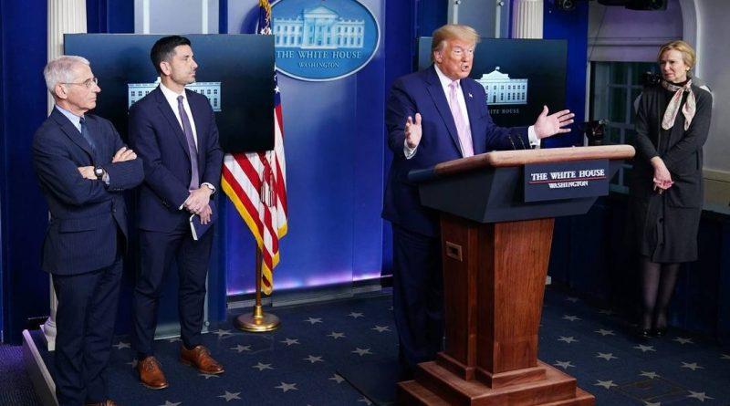 Presidente dos EUA, Donald Trump, durante entrevista coletiva diária sobre o coronavírus. Ao lado dele estão integrantes da força-tarefa da Casa Branca para a pandemia Foto: MANDEL NGAN / AFP